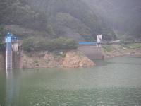 対岸から見る取水口と洪水吐