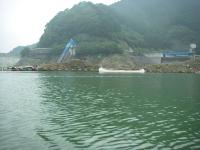 ダムの取水口(左)と洪水吐(右)。手前に流木止めがあるので近づけない。