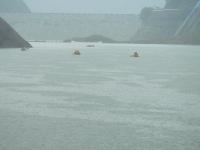 大雨の中を必死に戻ってくるカヌーたち