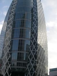 写真:中層階が膨らんで見える高層ビル