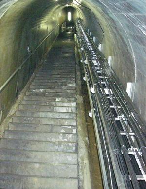 地中の登り階段