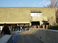美術館前庭に伸びた行列