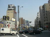 そびえ立つ鉄塔。手前のトラックには「粋」の字が。