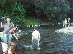 川の流れに灯籠を乗せる