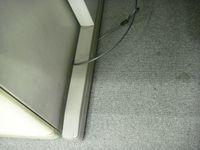 机を持ち上げたら容易に外せるセキュリティワイヤ