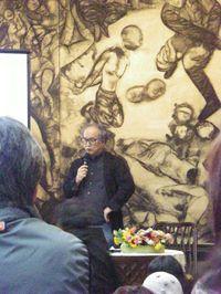 「南京大虐殺の図」の前で講演する正木基さん