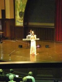 演壇で歌うソプラノ歌手