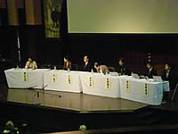 壇上に並ぶ6人のパネリストと司会