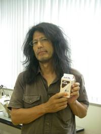 差し入れの酪王カフェオレを手にする菊池先生