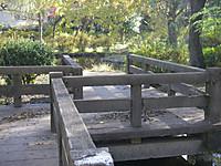 池にかかる木製通路