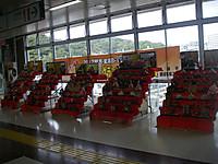 駅コンコースに飾られた5つの7段飾りの雛人形。その後ろには勝浦坦々麺が関東・東海B1-グランプリでグランプリを取ったという横断幕。