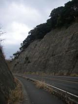 道路の両側は高い崖