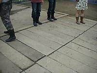 見学者も長靴に履き替える