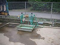 洗い場には蛇口が4つ。水を張ったトロ舟は靴洗い用。たわしやブラシも用意されている。