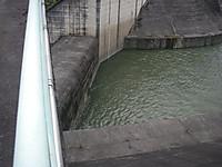 水が流れ込み始めても堤体の下に作られた副ダムの水位はまだ低い