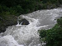 水位の上がった叢石橋付近。河原は見えなくなり、岩も濁流に飲まれている