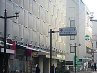 ビル前の通りに街灯と同じ高さに掲げられた甲府献血ルームの標識