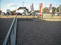 パーキングエリアの駐車場から道の駅の駐車場へは歩いていける