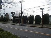 反対車線のバス停留所