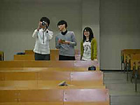 撮影する学生三人