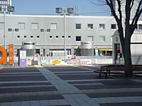 広場の向こうの建物に献血ルームの看板