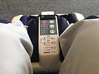 待合室のイスに座って両足をマッサージ機に入れた。足の間に操作パネル。