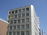 5階の窓に「献血ルームさくら」と文字が貼ってあるが、数が合わないため最後の一枠に「くら」と二文字