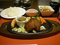 鉄板にステーキと付け合せ。御飯と味噌汁と小鉢