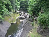 第二観瀑台から見下ろした滝川にかかる吊り橋