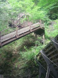 つづら折れになって崖を登る鉄製階段