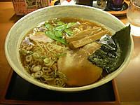 醤油味のスープにメンマ、刻みネギ、ゆで卵、チャーシュー、焼き海苔の乗ったラーメン