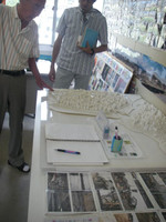 白い紙で地形や建物を再現したジオラマ