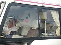 バスに乗り込んだ犬型ゆるキャラ「しらかわん」