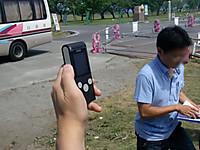 手に持った線量計の表示を撮影