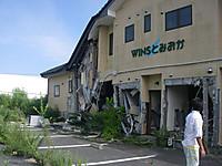 海側一階部分が破壊されて斜めになったアパート