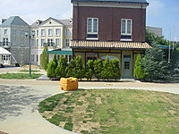 芝生の庭には除染活動に使ったのだろうか、1000リットルは入りそうな黄色いポリタンクが放置されていた