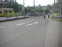 ゲートが設けられ、マスクを着けヘルメットをかぶった警備員2人が守る枝道への入り口
