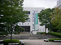 講義棟の正面入り口向かって右に2本の垂れ幕「今ここでしか得られないものがある」「地域と共に歩む 福島大学」