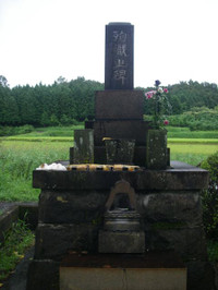 高さ3メートル近い「殉職之碑」は墓石のよう