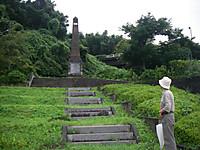 高台に建てられた松川記念塔と伊部先生