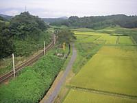線路が1本、上下にやや右カーブしながら走っており、その脇に殉職之碑、慰霊観音、謀略忘れまじ松川事件の碑が並んでいる。