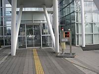 伊達市役所入口。右手に放射線測定値を示す電光掲示板。