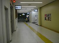駅の2階通路を突き当たり近くまで進むと隠れていた赤十字マークが見えてくる