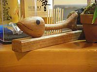 カウンターの上にある木製の魚