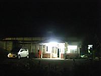 闇夜に入り口と待合室の蛍光灯だけが輝く駅舎