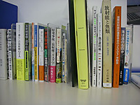 展示パネルの下にあるテーブルに並べられた参考図書