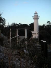 展望台の後方に白い灯台が立っている。