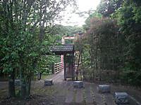 入口広場から大吊橋への道には門がある
