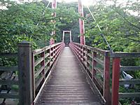 門をくぐると幅1.2メートルほどの吊り橋