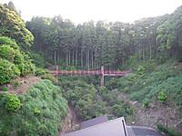 谷に奥には赤い小吊橋がかかっている